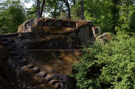 Sandsteinfundament des ehemaligen Turmbaus